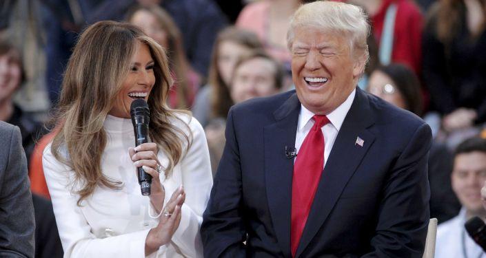 المرشح الجمهوري دونالد ترامب يضحك على رد زوجته ميلانيا ترامب خلال برنامج تلفزيوني على قناة NBC's Today،  21 ابريل/ نيسان 2016