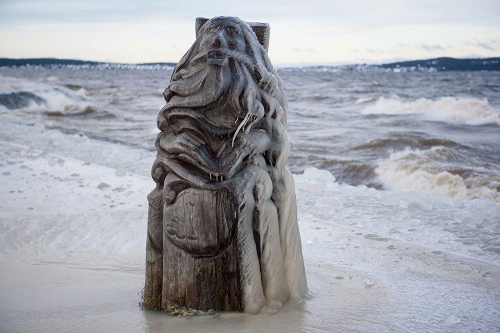 تمثال خشبي أمام  بحيرة أونيغا تجمد في بيتروزافودسك
