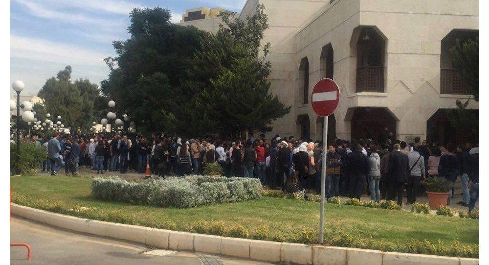 طوابير شبابية  لحضور المغنية السورية يونان