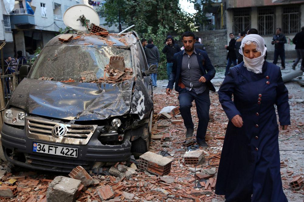 المواطنون يمرون بجوار أثار التفجيرات التي وقعت في ديار بكر، تركيا 4 نوفمبر/ تشرين الثاني 2016