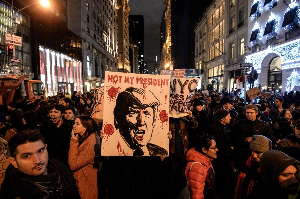 مظاهرات مناهضة لدونالد ترامب أمام برج ترامب تاور احتجاجاً على فوزه في الانتخابات الرئاسية في نيويورك، 10 نوفمبر/ تشرين الثاني 2016