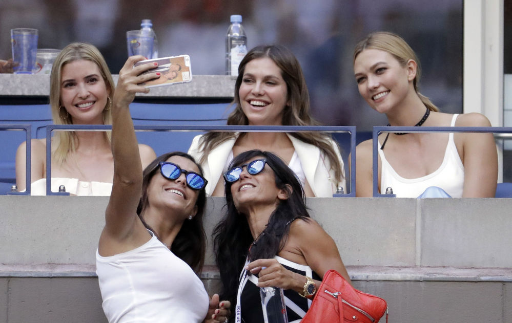 مشاهدون يلتقطون صورة سيلفي مع إيفانكا ترامب، ابنة دونالد تراب، خلال مبارارة بطولة تنس المفتوحة في نيويورك، 11 سبتمبر/ أيلول 2016