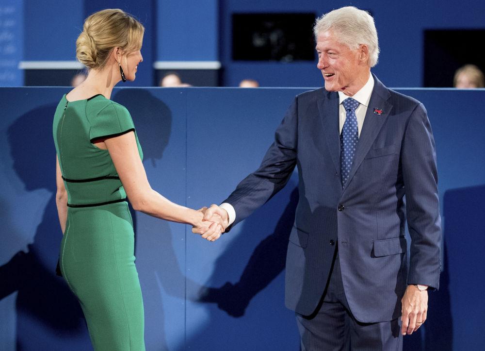 إيفانكا ترامب تلتقي بالرئيس الأمريكي الأسبق بيل كلينتون خلال مناظرة أبيها وهيلاري كلينتون، واشنطن 9 أكتوبر/ تشرين الأول 2016
