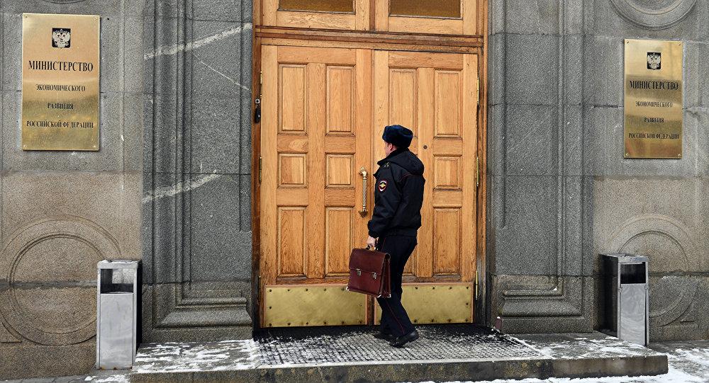 ضابط الشرطة يدخل وزارة التنمية الاقتصادية في موسكو