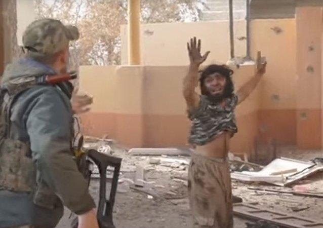 لحظة إلقاء القبض على داعشي
