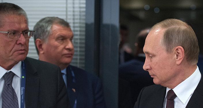 الرئيس الروسي فلاديمير بوتين ووزير التنمية الاقتصادية اليكسي اوليوكاييف