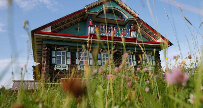 صورة لجزء من واجهة منزل في قرية كوروستيلوفو بمنطقة سيامجا إلى متحف الفن المعماري فولوغدا تحت الهواء الطلق في قرية سيمينكوفو، خارج فولوغدا بروسيا 15 يوليو/ تموز 2016.