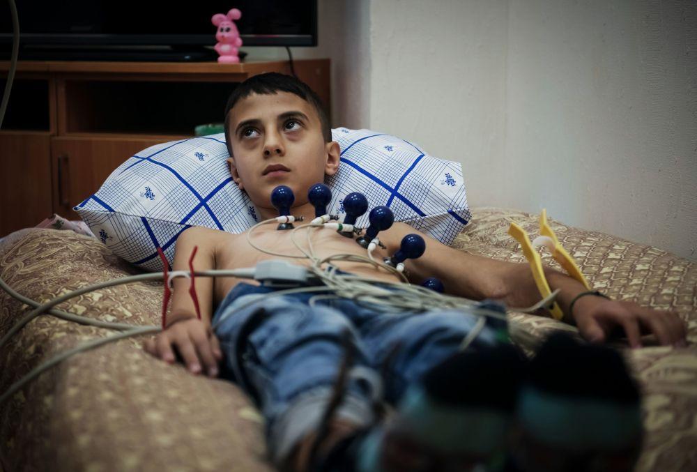 طفل سوري أثناء توقيع الكشف عليه في الأكاديمية الطبية العسكرية في مدينة سانت بطرسبورغ الروسية