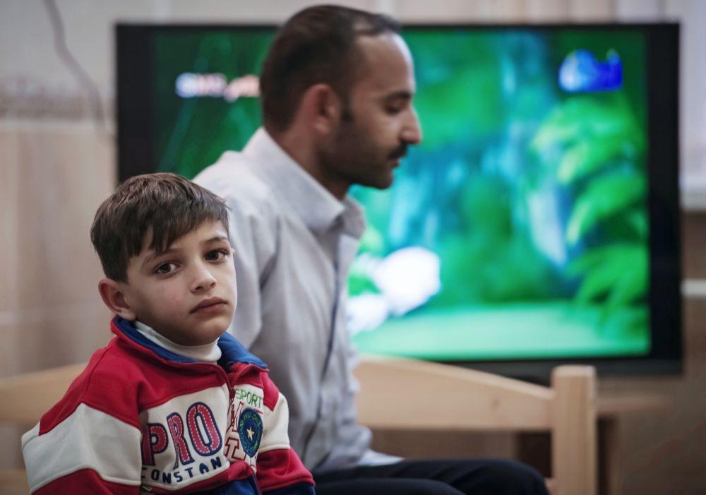 طفل سوري ينتظر دوره لتوقيع الكشف الطبي عليه في الأكاديمية الطبية العسكرية في مدينة سانت بطرسبورغ الروسية