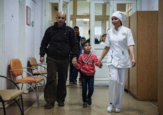 الأطقال السوريون يتوجهون لتناول وجبة الغذاء داخل الأكاديمية الطبية العسكرية بمدينة سانت بطرسبورغ الروسية