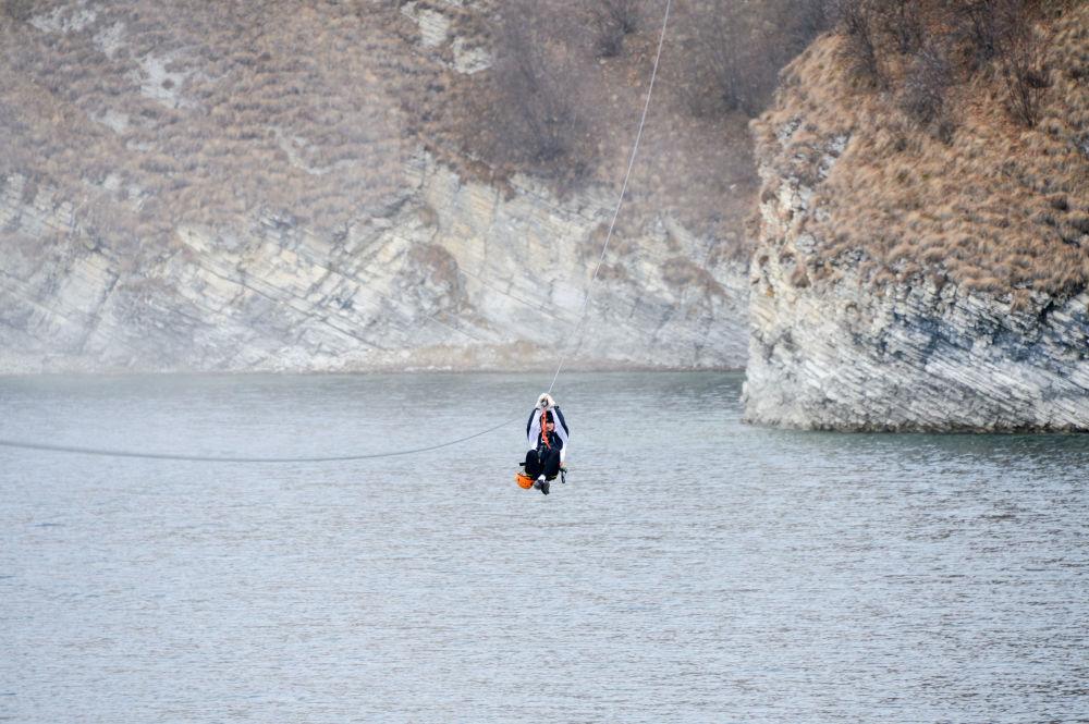السياح يركبون التلفريك بموقع مخيم بجوار بحيرة كزينوي-آم