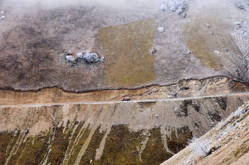 مشهد من أعلى لطريق فيدينو-بوتليخ المحازية لجبال بحيرة كزينوي-آم