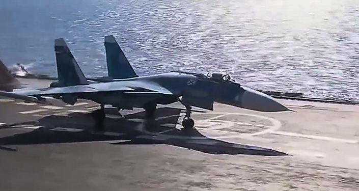 المقاتلة الروسية سو-33 التابعة للقوات الجوية الفضائية الروسية خلال عمليات ضرب مواقع تسليح غير قانونية على أراضي سوريا