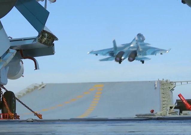 المقاتلة الروسية سو-33 التابعة للقوات الجوية الفضائية الروسية خلال اقلاعها من على طراد أميرال كوزنيتسوف، المحازي لسواحل سوريا في البحر المتوسط