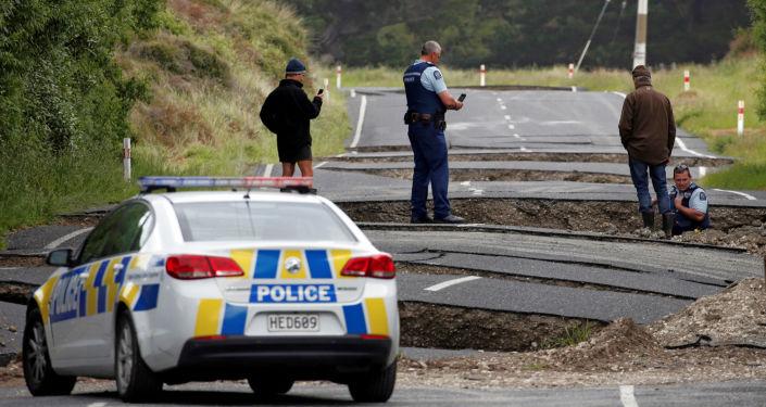 الشرطة المحلية والمواطنون يقومون بتفقد الدمار الذي خلفه زلزال في نيوزيلندا، 14 نوفمبر/ تشرين الثاني 2016