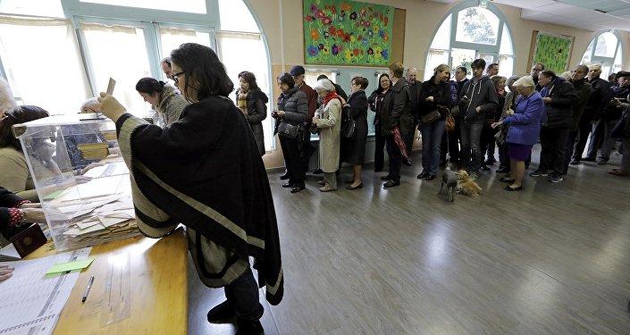 الفرنسيون يصوتون في الدورة الأولى للانتخابات الأولية لأحزاب اليمين والوسط