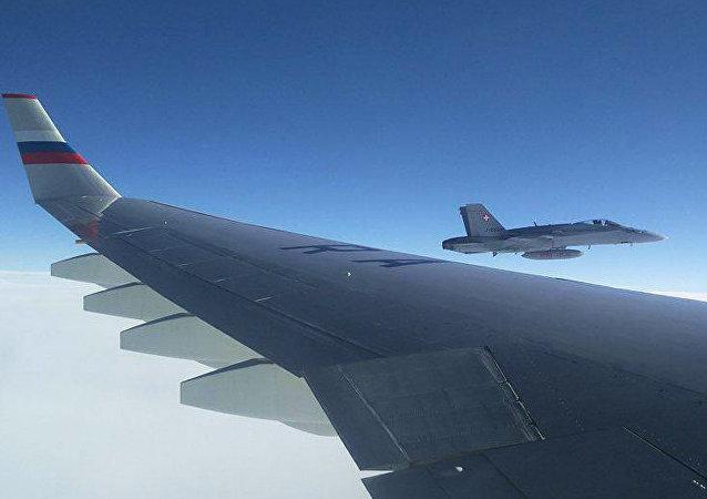 مقاتلة سويسرية ترافق طائرة الوفد الروسي