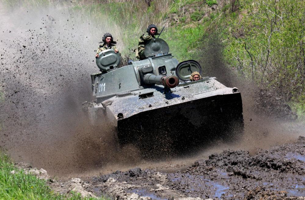 وحدة مدفعية ذاتية الحركة غفوزديكا خلال التدريبات التكتيكية في بريموري