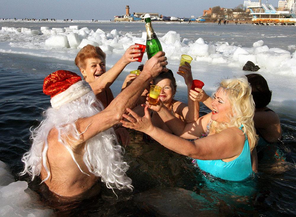 أعضاء نادي مورج (للسباحة في المياه الباردة شتاءً) يحتفلون بعيد رأس السنة، عام 2009، فلاديفوستوك