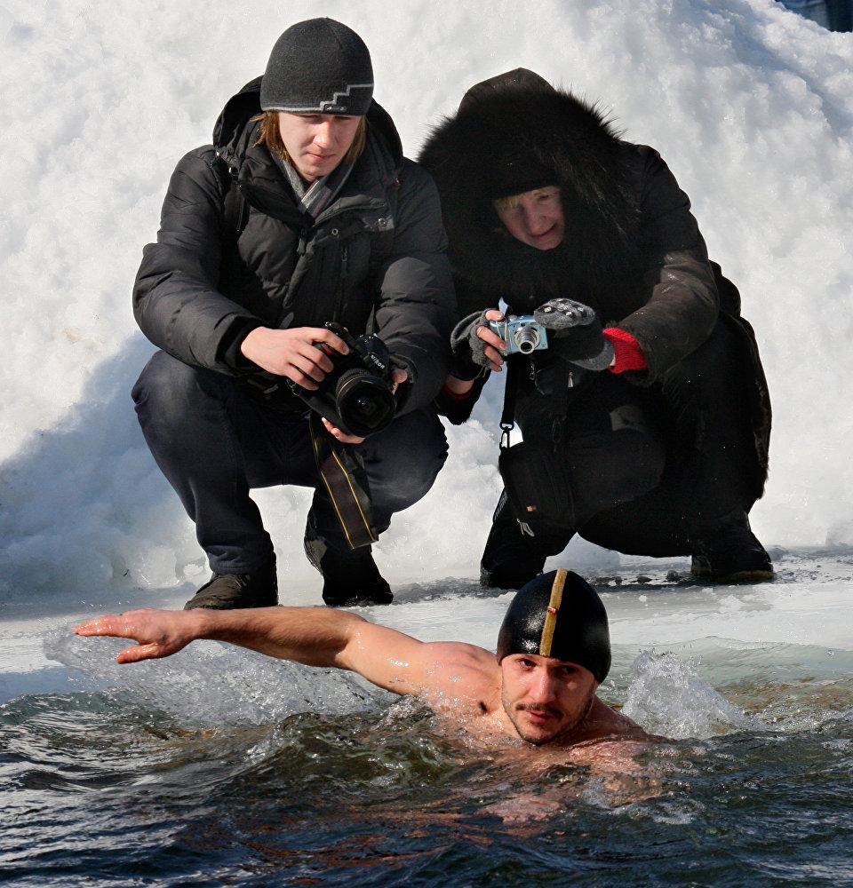 افتتاح موسم السباحة في المياه الباردة في المركز الرياضي يوبيليني في فلاديفوستوك