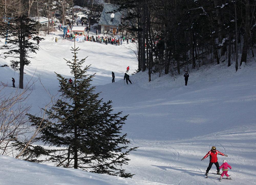 المواطنون يصطافون في منتجع التزلج على الثلج غريبانوفكا في إقليم بريمورسكي.