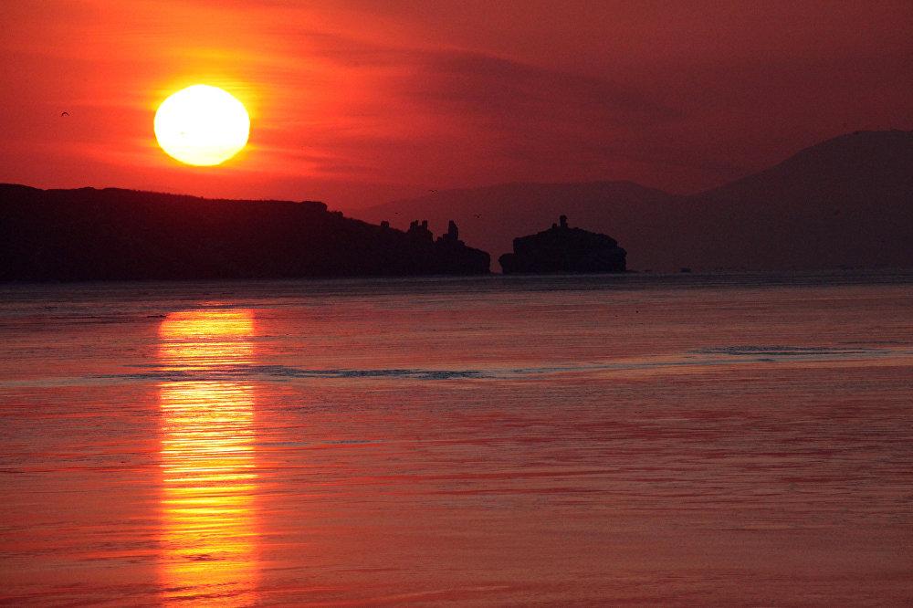 شروق الشمس فوق جزيرة روسكي في فلاديفوستوك، حيث تبدأ أولى لحظات شروق الشمس فوق روسيا.
