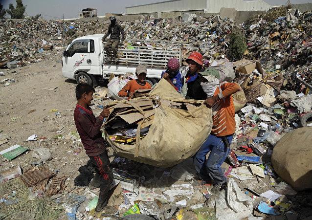 ويعمل العشرات العمال في رفع النفايات