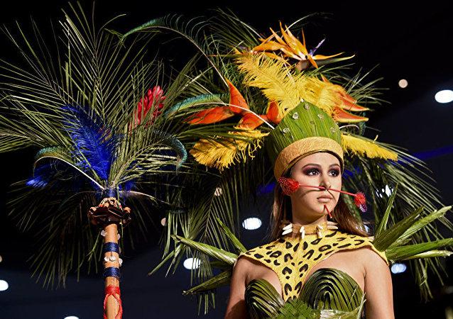 عرض أزياء لمجموعة بيو فاشن (BioFashion) في كولومبيا - عارضة أزياء ترتدي زيا من تصميم الممصممة الكولومبية لينا بِنزون، 19 نوفمبر/ تشرين الثاني 2016