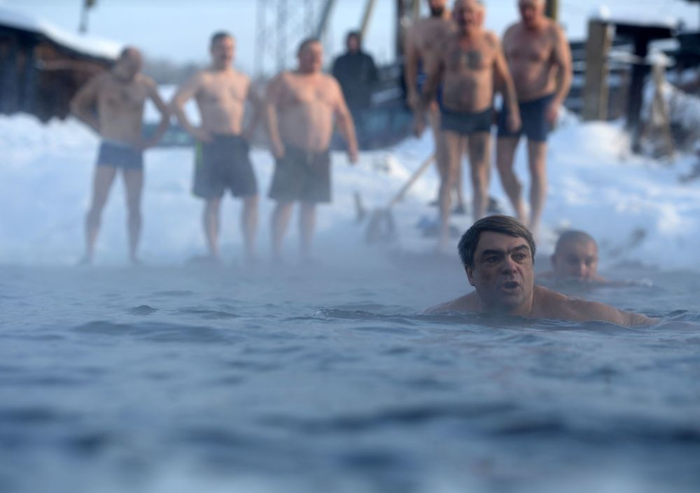 نادي الدب الأبيض للسباحة الباردة في الثلج في يكاترينبورغ، روسيا