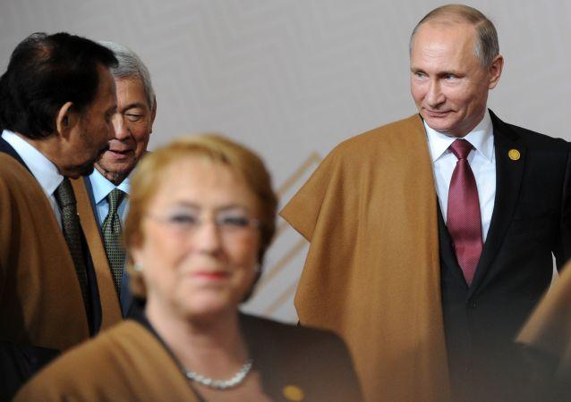 الرئيس الروسي فلاديمير بوتين يشارك في المراسم التقليدية لالتقاط صورة جماعية في زي بيرو التقليدي خلال قمة أبيك بمدينة ليما، بيرو