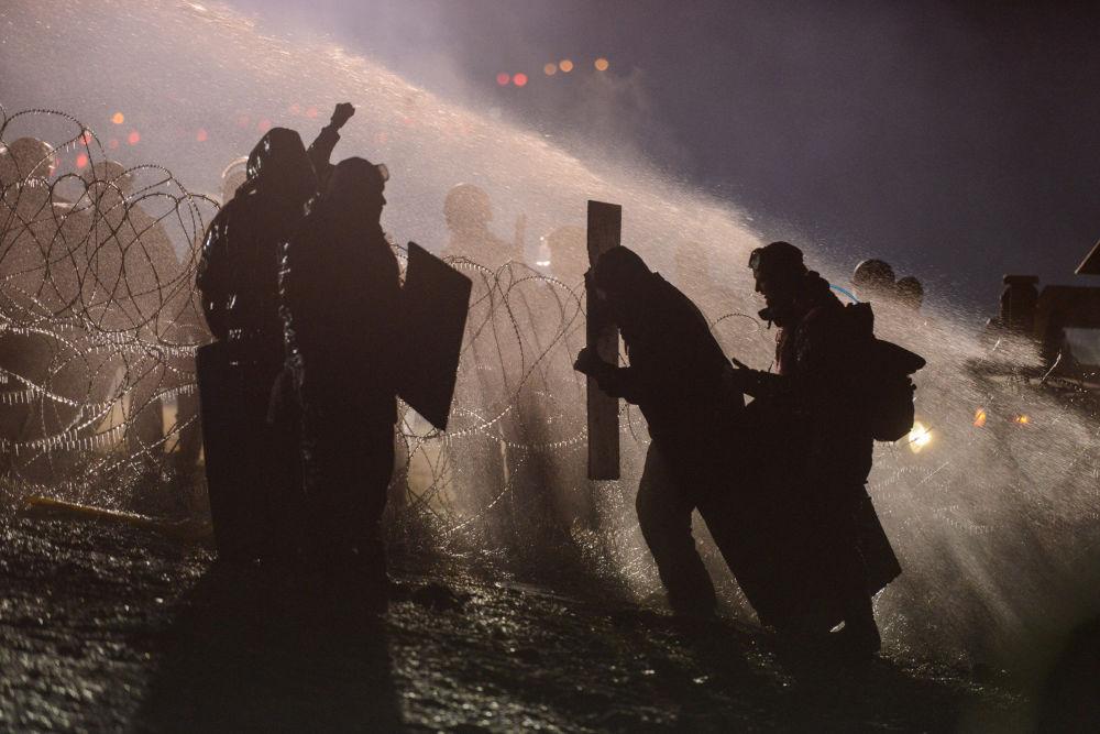 الشرطة الأمريكية تستخدم خراطيم المياه لتفرقة المتظاهرين في نورث داكوتا، 20 نوفمبر/ تشرين الثاني 2016
