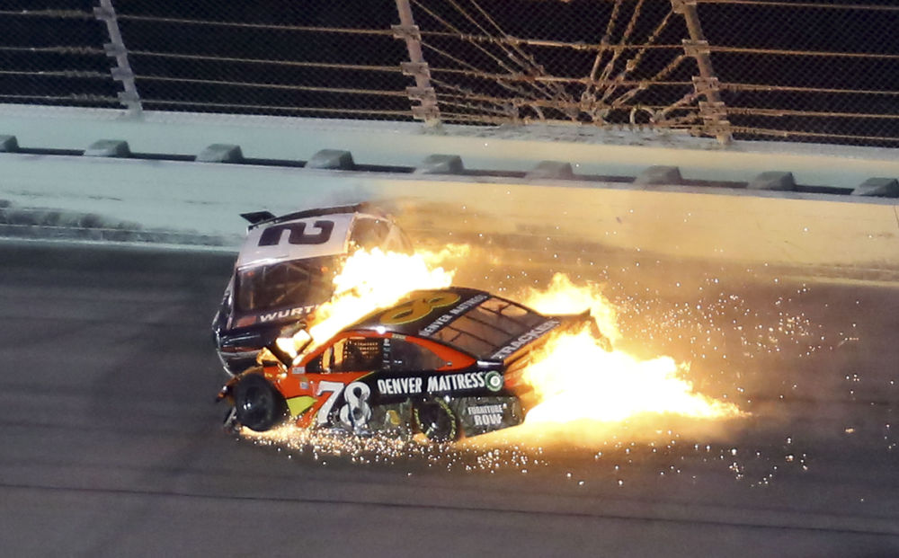اصطدام سيارتين خلال  سباق بطولة كأس سبرينت (NASCAR Sprint Cup 2016) في فلوريدا، الولايات المتحدة 20 نوفمبر/ تشرين الثاني 2016
