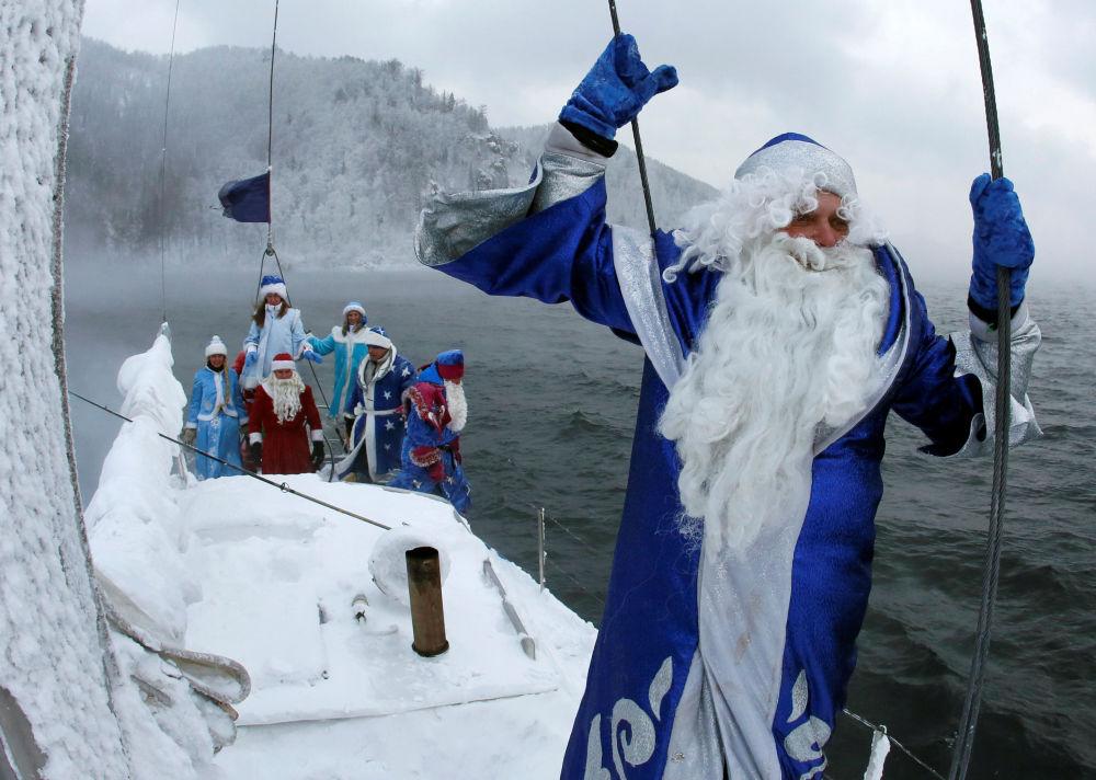 أعضاء نادي اليخت سكيبير يرتدون زي ديد موروز (بابا نويل) الروسي وحفيدته سنيغوراتشكا، وذلك خلال رحلة على نهر ينيسي في درجة حرارة تصل إلى 21 درجة تحت الصفر، كراسنويارسك بروسيا 21 نوفمبر/ تشرين الثاني 2016