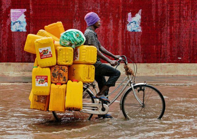 رجل يقود دراجة هوائية في مياه الفيضان في أحد شوارع مدينة دار السلا، تانزانيا 23 نوفمبر/ تشرين الثاني 2016