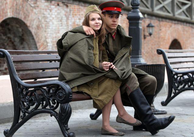 شخصان يافعان يرتديان زي جنود الجيش الأحمر في ساحة كرملين قازان، وذلك بمناسبة عيد النصر في الحرب الوطنية العظمى ضد ألمانيا النازية (1941-1945)، عام 2015