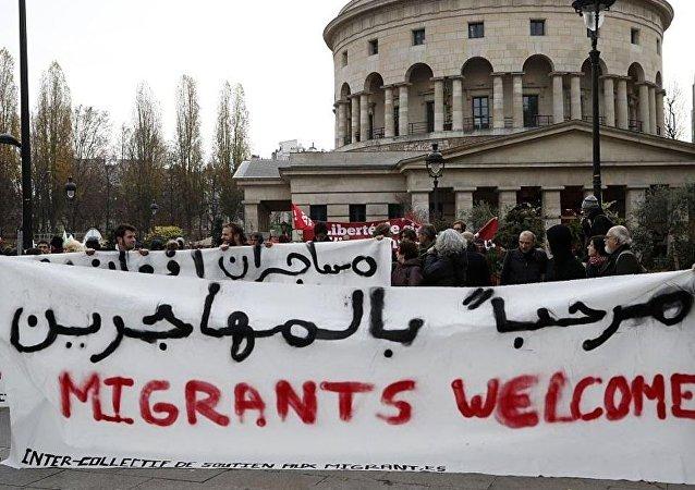 لافتات حملها المتظاهرون في باريس