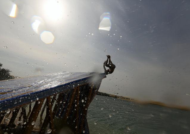 رجل يقفز إلى بحيرة وادي الريان بالفيوم ، مصر 18 نوفمبر/ تشرين الثاني 2016
