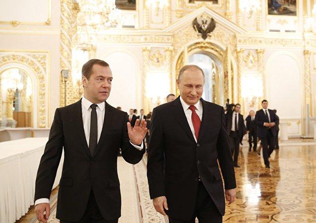 الرئيس فلاديمير بوتين ورئيس الوزراء الروسي دميتري مدفيديف