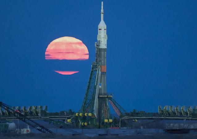 القمر العملاق على خلفية مركز إطلاق الصواريخ الفضائية بايكانور، كازاخستان