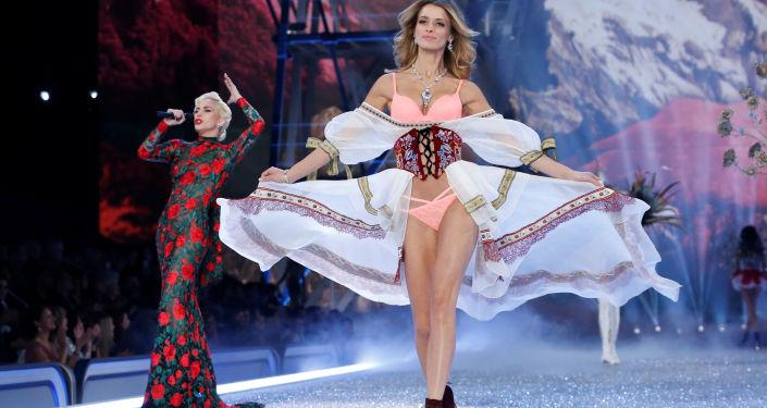 المغنية ليدي غاغا خلال عرض فيكتوريا سيكريت