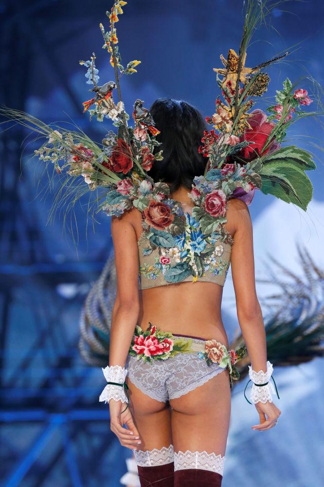 عارضة أزياء خلال عرض فيكتوريا سيكريت في باريس