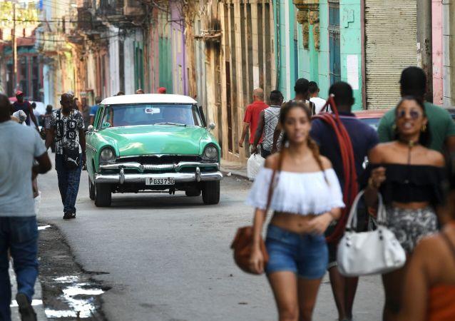 سكان مدينة هافانا في ضواحيها التاريخية القديمة