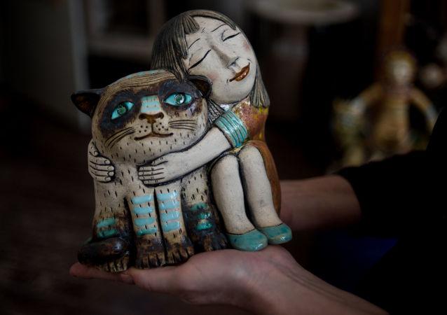 أعمال نحت من الفنانة غالينا بولغانينا بمتجرها في فيليكي نوفغورود، روسيا