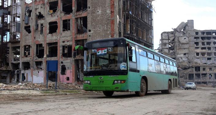 حافلة تنقل سوريين