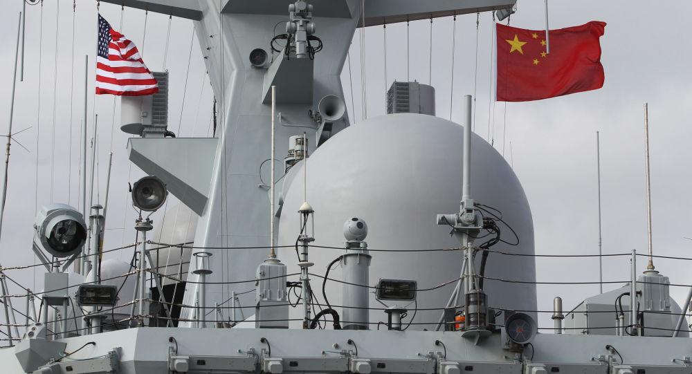 علما الصين والولايات المتحدة يرفرفان على فرقاطة يانتشينغ في سان دييغة بكاليفورنيا، الولايات المتحدة 6 ديسمبر/ كانون الأول 2016