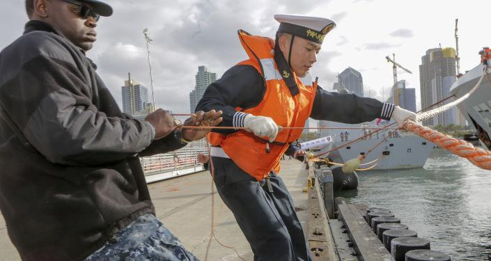 البحاران الصيني والأمريكي قومان بربط فرقاطة بميناء سان دييغة بكاليفورنيا، الولايات المتحدة 6 ديسمبر/ كانون الأول 2016