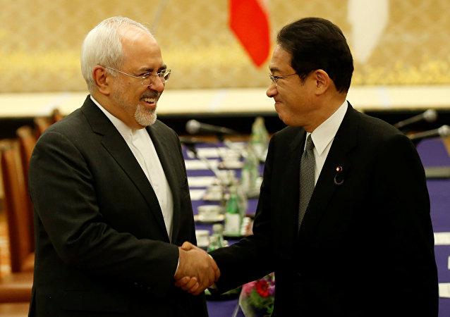 وزير الخارجية الياباني فوميو كيشيدا ونظيره الإيراني
