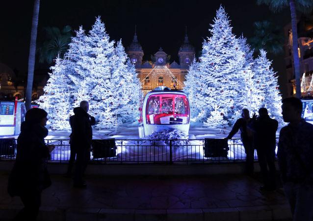السياح يلتقطون الصور على خلفية أضواء الزينة في مونتي كارلو، مونكاو 6 ديسمبر/ كانون الأول 2016