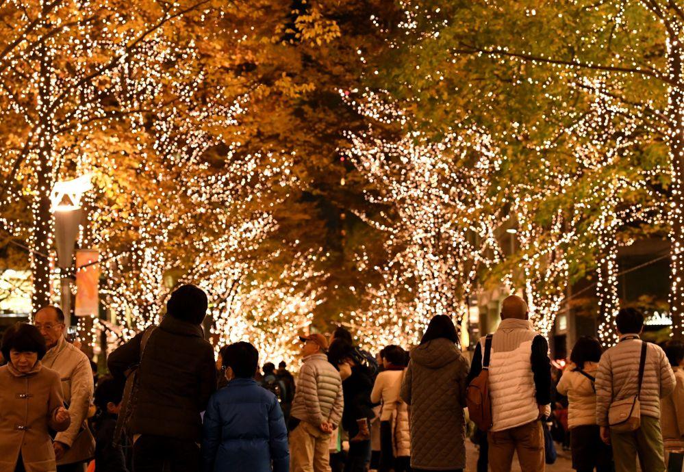 سكان طوكيو يسيرون في شوارع المدينة بين أضواء الكريسماس ، ديسمبر/ كانون الأول 2016
