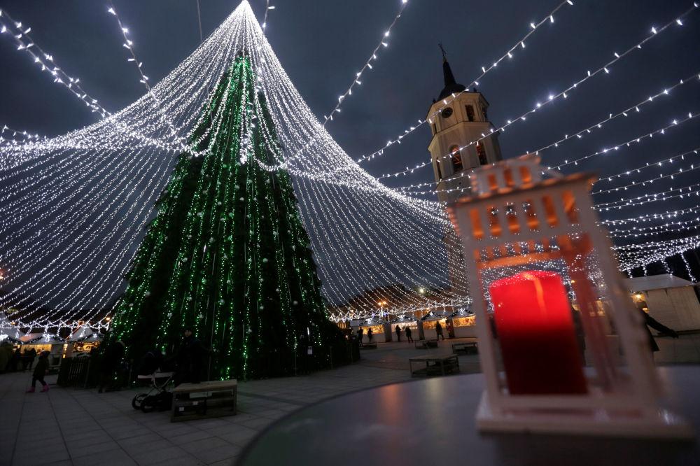 شجرة عيد الميلاد في مدينة فيلنيوس، ليتوانيا، 6 ديسمبر/ كانون الأول 2016